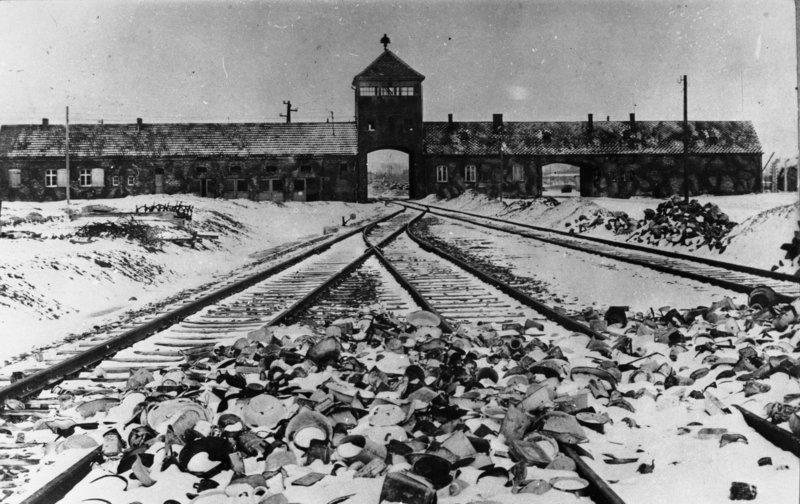 Bundesarchiv_Bild_175-04413_KZ_Auschwitz_Einfahrt