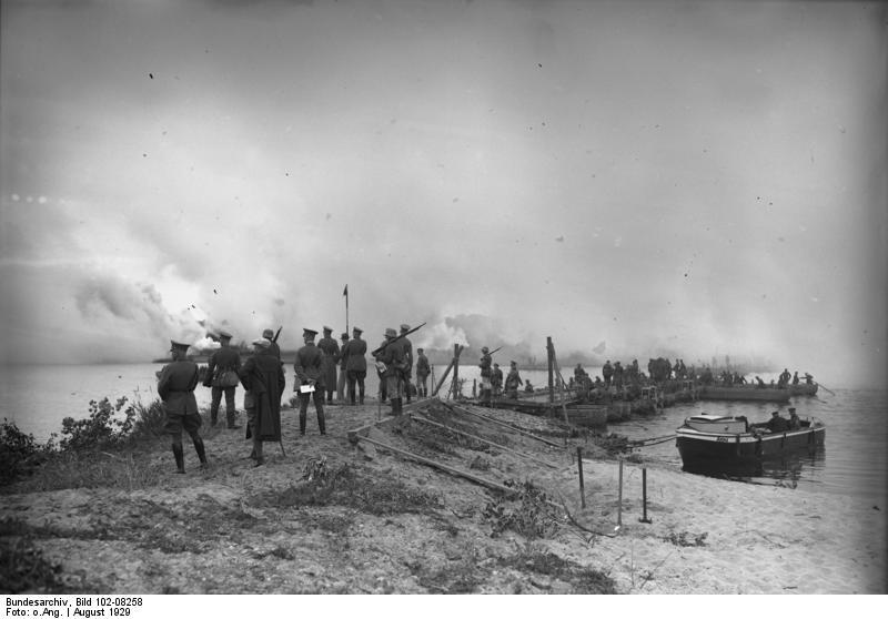 Bundesarchiv_Bild_102-08258_Pioniermanöver_Einsatz_künstlichen_Nebels